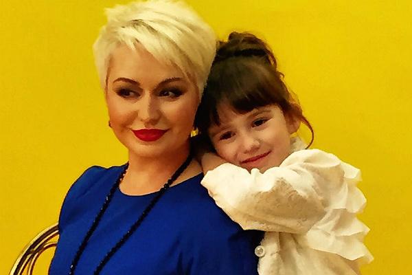Катя Лель готовит дочь к поступлению в школу
