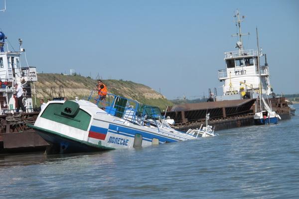 В ХМАО ищут капитана и моториста затонувшего буксира-теплохода