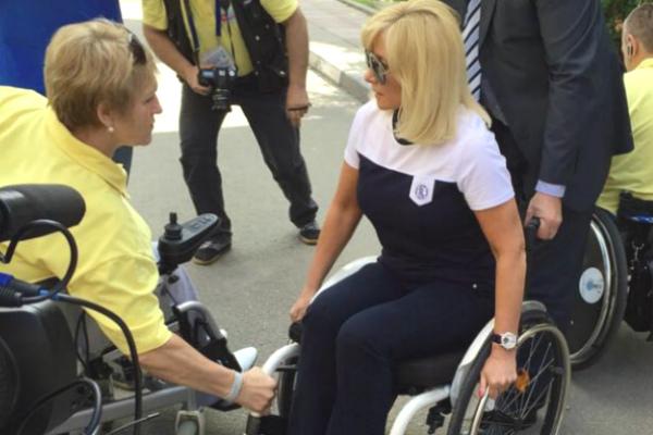 Телеведущая Оксана Пушкина оказалась в инвалидной коляске