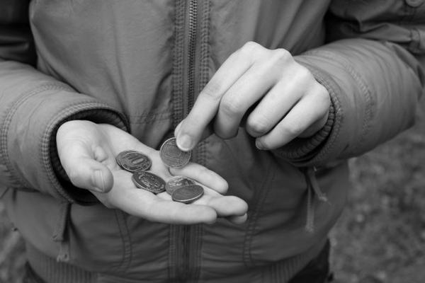 Россияне обвинили в своей бедности государство и лень