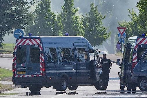 Неизвестные с оружием захватили магазин во Франции