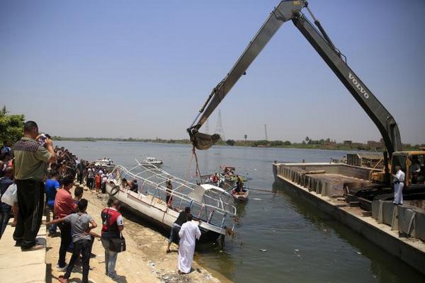 При столкновении баржи с катером в Каире погибли 35 человек