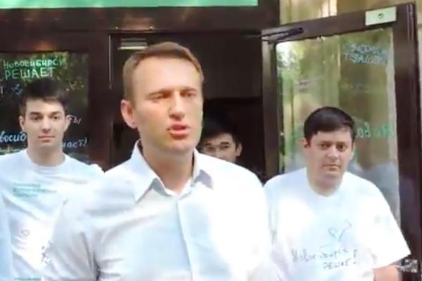 Обстрел Навального яйцами выложили в Сети очевидцы