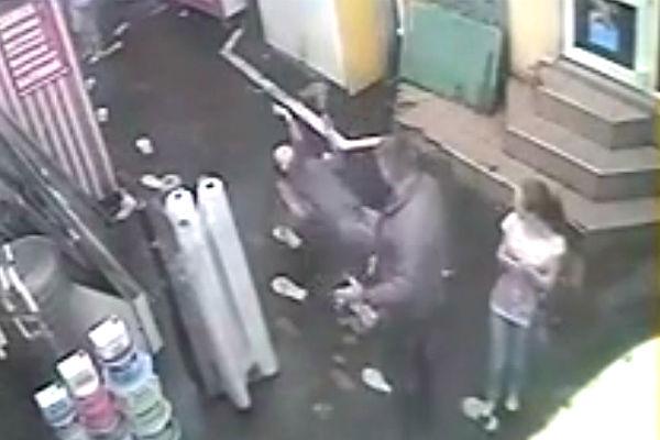 Украинский милиционер нокаутировал девушку из-за замечания
