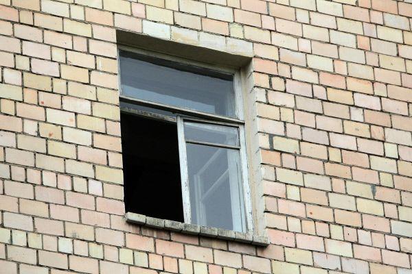 Школьница выпрыгнула из окна квартиры возлюбленного в Подмосковье