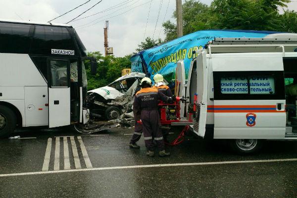 Один человек погиб, еще 6 пострадали в ДТП с автобусом и