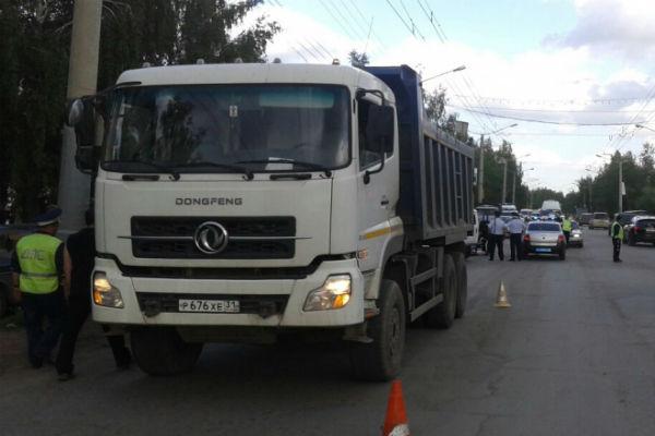 Жена и дочь сотрудника Минобороны погибли под колесами грузовика в Омске