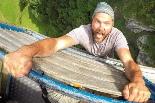 Гибель бейсджампера, прыгнувшего со скалы, сняли на видео