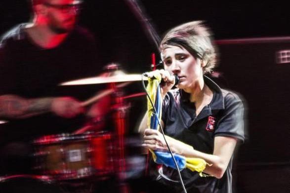 Организаторы концертов не хотят работать с Земфирой из-за украинского флага