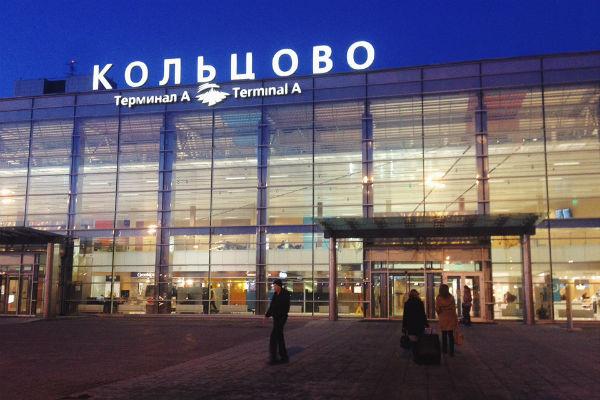 У военного самолета при посадке в Екатеринбурге лопнуло шасси