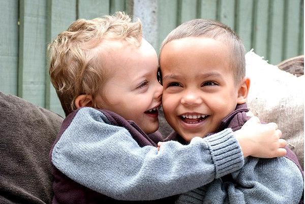 Новую пару близнецов с разным цветом кожи обнаружили в Британии
