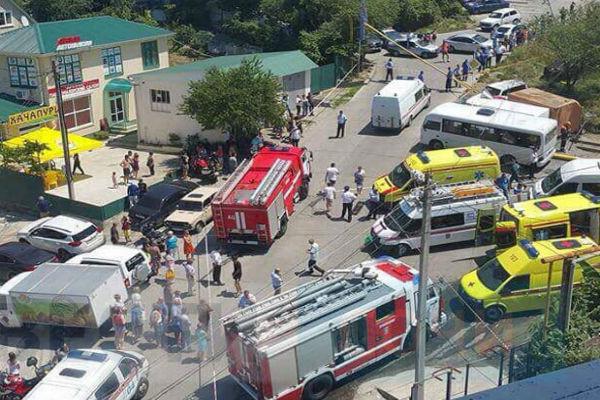 КамАЗ с отказавшими тормозами влетел в остановку в Сочи: есть жертвы