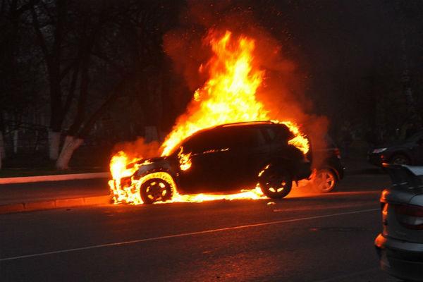 В результате ДТП в Москве сгорел автомобиль, двое погибли