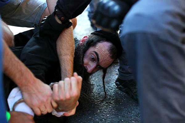 Шесть человек изрезаны верующим евреем на гей-параде