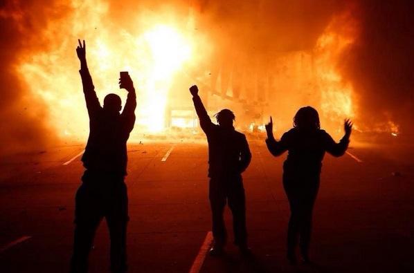 Французы отметили День взятия Бастилии сожжением более 700 автомобилей