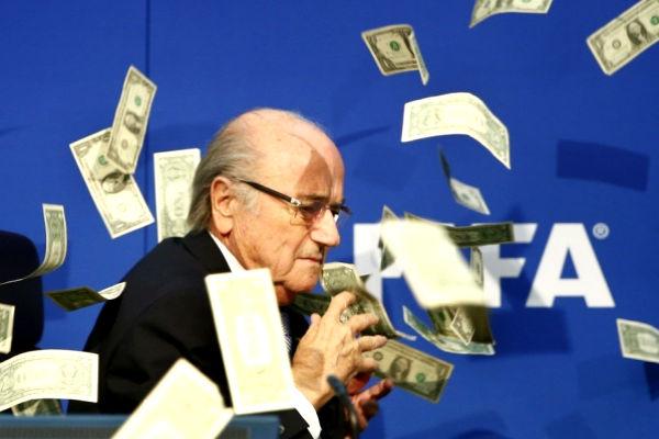 Известный комик швырнул в Блаттера во время пресс-конференции пачку долларов