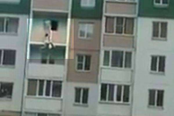 Обнаженная девушка сорвалась с 5 этажа, спускаясь по простыням в Омске