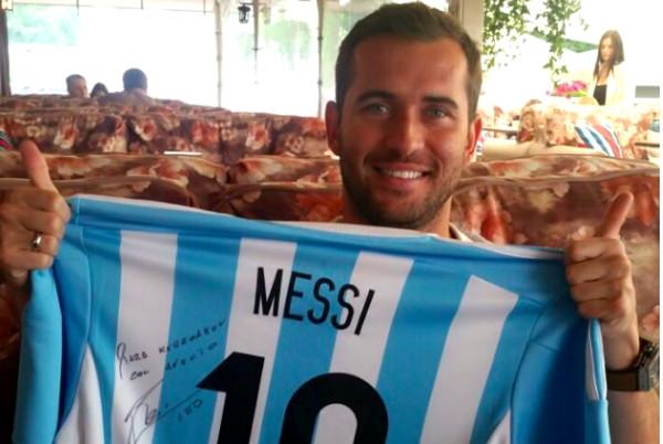 Месси подарил Кержакову свою футболку с загадочной надписью