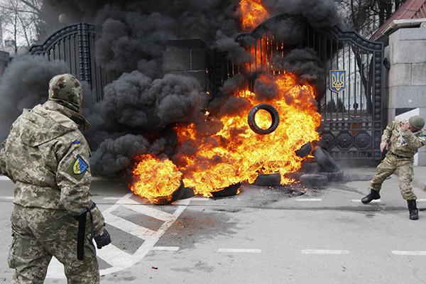В центре Киева националисты жгут покрышки и требуют от властей оружия