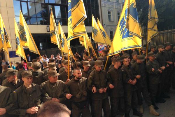 Боевики «Азова» и фанаты устроили в Киеве антироссийскую акцию