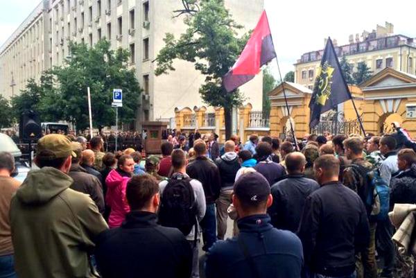 «Правый сектор» окружил Администрацию Порошенко и угрожает «жестким сценарием»