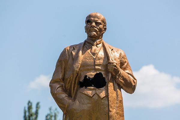 Обезглавленный памятник Ленину подвергся нападению вандалов под Томском
