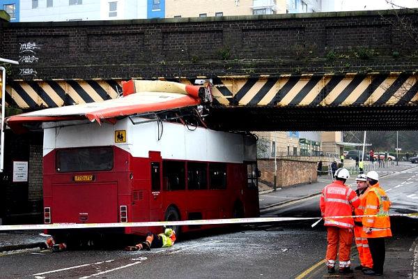 В Лондоне автобус с пассажирами врезался в мост
