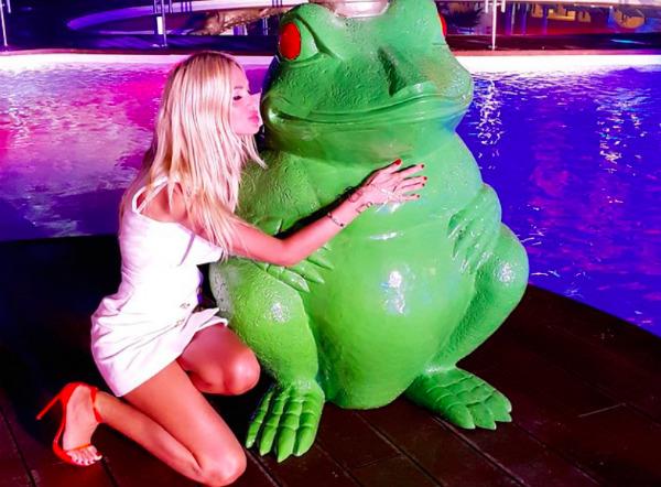Сексуальная Виктория Лопырева набросилась на зеленого красавца