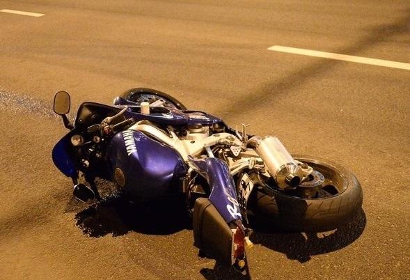 Мотоциклист и пассажирка погибли при столкновении со столбом в Москве