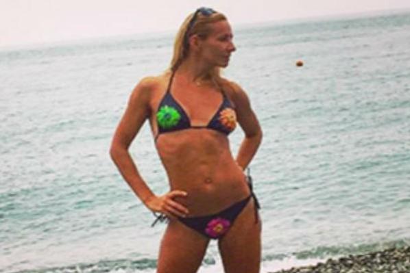 Красотка Навка показала идеальное бикини-тело на пляже в Сочи