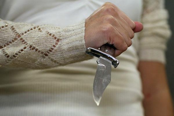 Отправленная на принудительное лечение женщина напала с ножом на школьницу