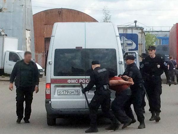 Торговец напал с ножом на полицейских во время проверки оптового рынка в Питере