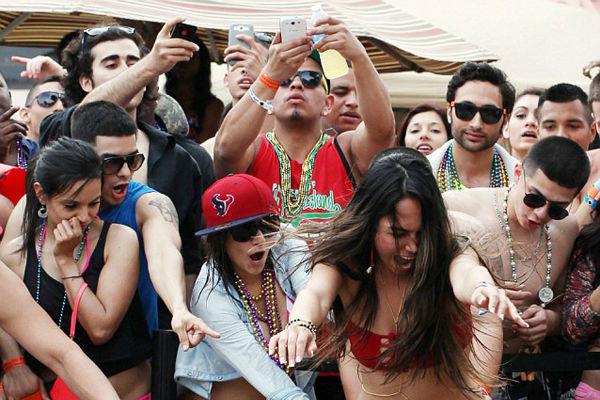 Подростки устроили секс-вечеринку с наркотиками на общественном пляже