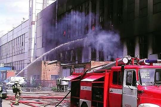 Стена горящего завода ЗИЛ рухнула на парковку с автомобилями