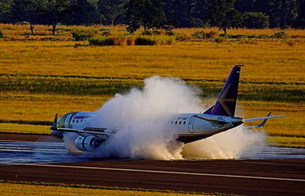 Пассажирский самолет приземлился без шасси в Домодедово