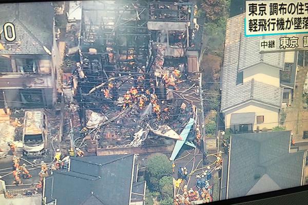 В Японии небольшой самолет рухнул на жилые дома, пострадали пять человек