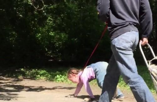 Пенсионерка из Екатеринбурга рассказала, зачем выгуливала внучку на поводке
