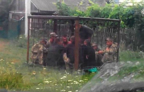 СМИ: Украинских военных-пьяниц держат в клетках