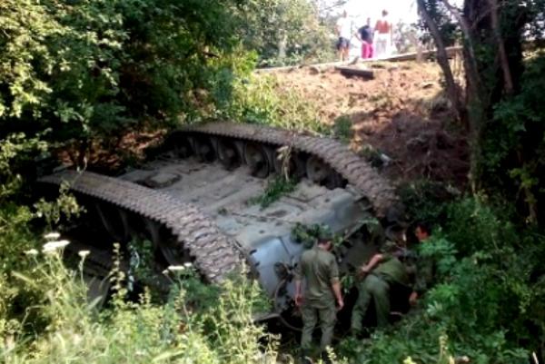 Российский танк устроил необычное ДТП на трассе в Крыму