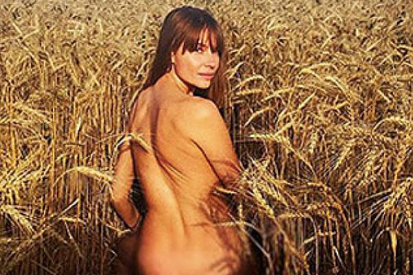 Красавица Любовь Толкалина показала себя обнаженной в поле и в озере