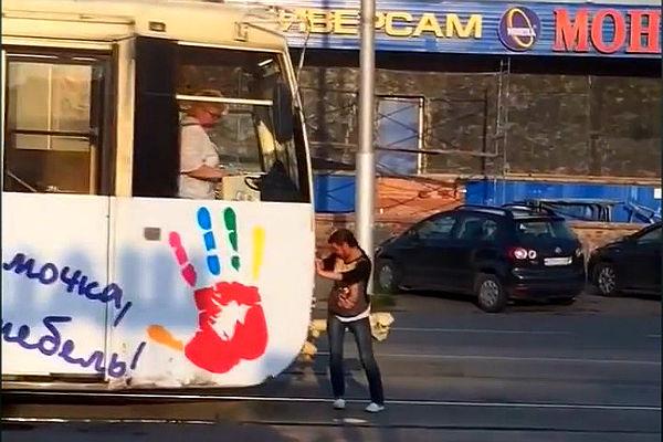 В Кемерово девушка-супергерой остановила трамвай руками