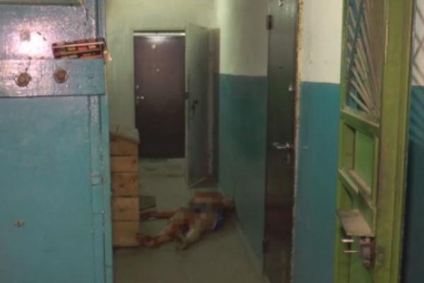 Бежавшему от убийцы мужчине никто из соседей не открыл дверь