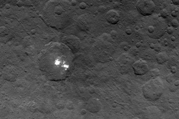Ученые раскрыли тайну природы таинственных ярких пятен на Церере