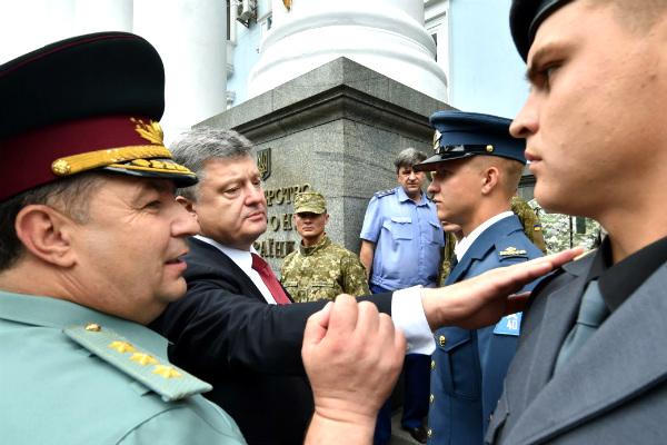 Порошенко перевел украинскую армию на смешную форму с 4-конечной звездой