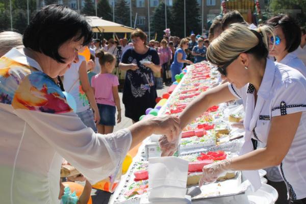 Впервые жителей Волгодонска накормили тортом-гигантом весом 220 кг
