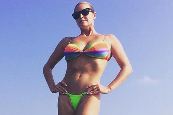 Волочкова в радужном бикини объявила конкурс среди своих злопыхателей