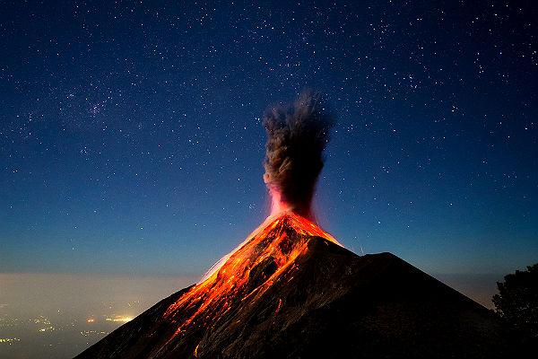 Сильные взрывы вулкана в Гватемале заставили объявить тревогу