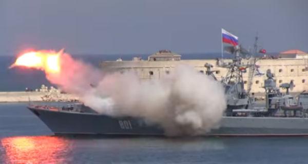 В Севастополе выпущенная во время шоу ракета взорвалась возле крейсера