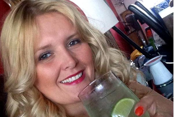 Красавица-блондинка сбила автомобилем мужа после его секса со школьницей