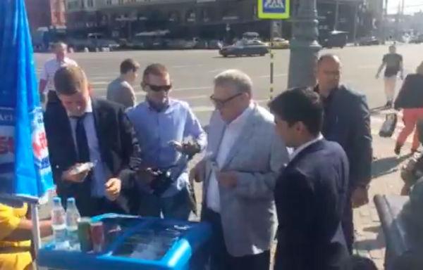 Жириновский накормил прохожих мороженым